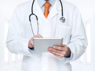 Arzt überprüft Informationen