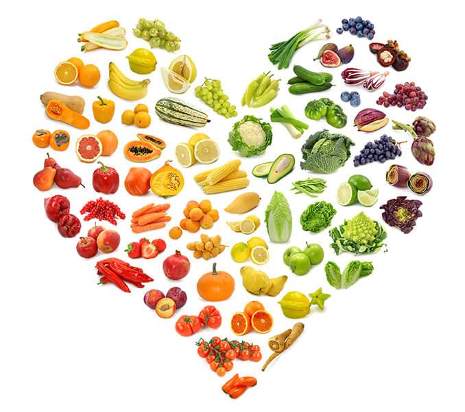 Frisches Gemüse und Obst in Herzform